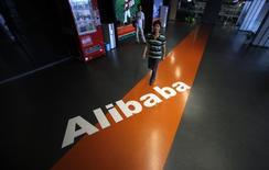 Le géant chinois du commerce électronique Alibaba va prendre une participation de contrôle dans le distributeur en ligne Lazada, une transaction d'environ un milliard de dollars (875 millions d'euros) censée lui permettre de se développer en Asie du Sud-Est. /Photo d'archives/REUTERS/Carlos Barria