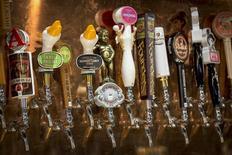Вид на краны с пивом в баре крафтового пива в Нью-Йорке  21 января 2015 года.  Любители крафтового пива могут столкнуться с ростом цен на пенный напиток, поскольку маленьким независимым пивоварням грозит дефицит ключевого ингредиента - хмеля. REUTERS/Brendan McDermid/Files