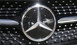 Les ventes de Mercedes ont représenté au total 483.487 véhicules au premier trimestre, contre 478.743 pour BMW. Audi, filiale haut de gamme de Volkswagen, a vendu 455.750 véhicules sur cette période. La filiale de Daimler peut désormais espérer détrôner BMW sur ce segment en 2016, pour la première fois depuis 10 ans. /Photo prise le 6 avril 2016/REUTERS/Hannibal Hanschke
