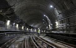 Homem caminha em obra do metrô no Rio para Olimpíada. 24/2/2016. REUTERS/Ricardo Moraes