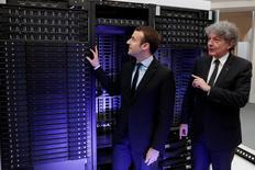 """Le PDG d'Atos Thierry Breton avec le ministre de l'Economie Emmanuel Macron en marge de la présentation du supercalculateur Bull Sequana qui devrait être capable d'ici 2020 de calculer un milliard de milliards d'opérations par seconde. Le recours au """"big data"""", le traitement de gigantesques quantités de données, permettra de relocaliser des emplois industriels en France, selon Thierry Breton. /Photo prise le 12 avril 2016/REUTERS/Philippe Wojazer"""