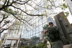 Полицейский у офиса Mossack Fonseca в Панаме. 12 апрля 2016 года. Сотрудники генпрокуратуры Панамы вечером во вторник провели обыск в штаб-квартире юридической компании Mossack Fonseca в поисках доказательств незаконной деятельности, заявили власти. REUTERS/Carlos Jasso