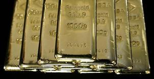 Слитки золота на заводе 'Oegussa' в Вене. 18 марта 2016 года. Золото в среду подешевело с достигнутого накануне трёхнедельного максимума, так как доллар немного восстановился к иене, а европейские и азиатские акции выросли, что привело к снижению спроса на актив-убежище. REUTERS/Leonhard Foeger