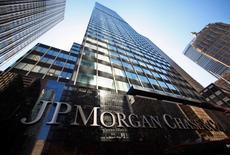 El edificio de JP Morgan Chase & Co, en Nueva York, 19 de septiembre de 2013. JPMorgan Chase & Co, el mayor banco estadounidense por activos, reportó una caída de 6,7 por ciento en su ganancia trimestral por un alza en los costos para cubrir posibles préstamos morosos a las atribuladas compañías petroleras de esquisto y por una baja en los ingresos por intermediación y de banca de inversión. REUTERS/Mike Segar