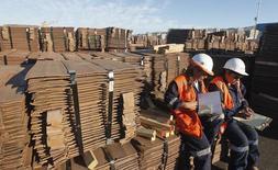 Trabajadores revisan un cargamento de cátodos de cobre de exportación en el puerto de chileno de Valparaíso, ene 25, 2015. El cobre cerró el miércoles con una subida del 1,4 por ciento, a 4.830 dólares la tonelada, después de que las importaciones del metal rojo en China tocaron un récord en marzo y las importaciones del primer trimestre se dispararon un 30 por ciento.   REUTERS/Rodrigo Garrido