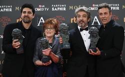 Diretor Cesc Gay (E), produtora Marta Esteban, ator Ricardo Darin e roteirista Tomas Aragay com os prêmios pelo filme 'Truman'  no festival na Espanha  7/02/ 2016.  REUTERS/Javier Barbancho