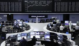 El descenso de los precios del petróleo y la caída de las acciones de Burberry y de Unilever pusieron fin el jueves al fuerte repunte experimentado la víspera por las bolsas europeas. En la imagen, unos operadores en la bolsa de Fráncfort, el 13 de abril 2016. REUTERS/Staff/Remote