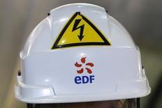 EDF est une valeur à suivre à la Bourse de Paris vendredi. D'après Le Figaro, EDF prépare un nouveau plan d'économies d'un milliard d'euros à la demande de l'Etat, qui envisage d'apporter son soutien financier à l'énergéticien. /Photo prise le 17 mars 2016/REUTERS/Stéphane Mahé