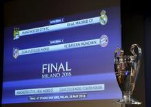 Troféu da Liga dos Campeões em frente monitor com os jogos das semifinais.    15/04/2016      REUTERS/Denis Balibouse