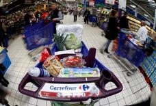 El logo de Carrefour en un carrito de un supermercado en Niza, el 6 de abril de 2016. La segunda cadena minorista más grande del mundo, la francesa Carrefour dijo el viernes que las ventas subieron en España, Italia y Brasil en el primer trimestre, compensando un desempeño mediocre en su mercado local. REUTERS/Eric Gaillard