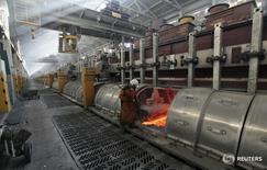Рабочий на алюминиевом заводе Русала в Красноярске.  Промышленное производство РФ в марте 2016 года снизилось на 0,5 процента в годовом выражении, а по сравнению с предыдущим месяцем - выросло на 0,4 процента с исключением сезонного и календарного факторов, сообщил Росстат. REUTERS/Ilya Naymushin