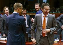 Los ministros de Finanzas de la Unión Europea debatirán la próxima semana poner límites a la exposición que los bancos tienen a la deuda soberana, según un documento de la UE que confirma lo que responsables dijeron a Reuters esta semana. En la imagen, el ministro de Finanzas finés Alexander Stubb (I) habla con el ministro holandés de Finanzas y el presidente del Eurogrupo Jeroen Dijsselbloem durante una reunión de ministros de Finanzas de la Unión Europea en Bruselas, Bélgica, el 12 de febrero de 2016.  REUTERS/Yves Herman