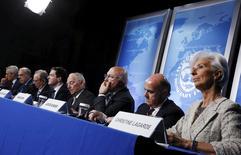 España, que mantiene desde hace meses un bloqueo entre los partidos políticos para formar un nuevo Gobierno, necesita realizar medidas adicionales para reducir su déficit presupuestario y evitar el incumplimiento de los actuales objetivos, dijo el viernes un alto cargo del Fondo Monetario Internacional. En la imagen, el secretario general de la OCDE Jose Angel Gurria, el ministro de Economía de Italia Pier Carlo Padoan, el británico George Osborne, el alemán Wolfgang Schaeuble, el francés Michel Sapin, el español Luis de Guindos y la directora del Fondo Monetario Internacional Christine Lagarde en ruenda de prensa en Washington, EEUU, el 14 de abril de 2016. REUTERS/Jonathan Ernst