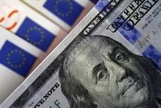Банкноты доллара США и евро. София, 12 марта 2015 года. Доллар США ослаб по всему спектру валютного рынка на торгах в пятницу, поскольку падение цен на нефть перед встречей стран-производителей в Дохе, а также слабые данные о потребительских настроениях в США уменьшили аппетит к риску, заставив инвесторов покупать безопасные валюты, такие как японская иена. REUTERS/Stoyan Nenov