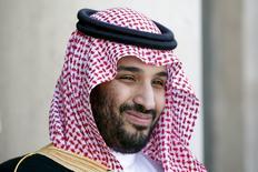 Заместитель наследного принца Саудовской Аравии Мохаммед бин Салман во время визита во Францию. Париж, 24 июня 2015 года. Саудовская Аравия зафиксирует уровень нефтедобычи только в том случае, если так же поступят и другие крупные производители черного золота, в том числе Иран, сообщило в субботу агентство Bloomberg со ссылкой на заместителя наследного принца Мохаммеда бин Салмана. REUTERS/Charles Platiau/Files