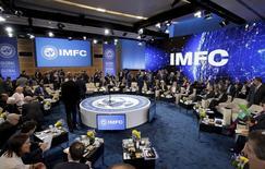 """En la imagen, los miembros del Comité Monetario y Financiero Internacional (CMFI) esperan el comienzo de su encuentro durante la reunión del FMI-Banco Mundial en Washington. 16 abril 2016. El comité pidió el sábado a los países miembros que impulsen su gasto """"amistoso con el crecimiento"""", al tiempo que aseguró que el organismo solo explorará nuevas herramientas de préstamo de precaución para ayudar a que los países lidien con la desaceleración del crecimiento económico global. REUTERS/Joshua Roberts"""