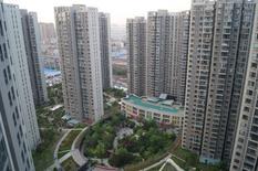 Les prix immobiliers dans 70 grandes villes de Chine ont augmenté en mars pour un sixième mois consécutif, avec une hausse de 4,9% sur un an, selon les calculs de Reuters effectués à partir des données publiées lundi par le Bureau national de la statistique. /Photo prise le 17 avril 2016/REUTERS