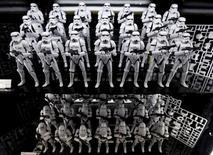 """Hasbro, numéro deux américain du jouet, a publié un chiffre d'affaires et un bénéfice supérieurs aux attentes grâce entre autres au succès des poupées """"Disney Princesse"""" et des produits dérivés du film """"Star Wars : le Réveil de la Force"""". Le chiffre d'affaires réalisé par les jouets censés être destinés aux garçons, dont les figurines """"Star Wars"""" et """"Jurassic World"""", a augmenté de 24% à 336,9 millions de dollars (298,1 millions d'euros) sur le premier trimestre, clos le 27 mars. /Photo d'archives/REUTERS/Toru Hanai"""