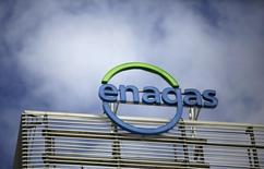 Enagás dijo el martes que su resultado bruto de explotación (Ebitda) en los tres primeros meses de 2016 alcanzó los 207 millones de euros, un 6,6 por ciento menos, debido a unos mayores gastos de personal y en un contexto de menores ingresos. En la imagen de archivo, el logo de Enagás en su sede de Madrid, el 18 de marzo de  2016. REUTERS/Andrea Comas