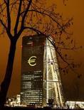 El ajuste fiscal en España se ha detenido, dijeron el martes la Comisión Europea y el Banco Central Europeo en un comunicado conjunto, advirtiendo de que el déficit del país estaba entre los más altos de la zona euro. En la imagen, la sede del BCE iluminada con un logo gigante del euro en Fráncfort, el 12 de marzo de 2016. REUTERS/Kai Pfaffenbach