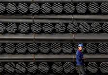 Стальные трубы на заводе Youfa в Таншане 3 ноября 2015 года. Китай и другие стальные державы не смогли согласовать меры против глобального кризиса сталелитейной отрасли, так как разошлись во мнении о причинах хронического переизбытка: США раскритиковали подход Пекина, чем разозлили китайских чиновников. REUTERS/Kim Kyung-Hoon/File Photo