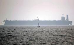 Танкер у порта Ассалуйе в Персидском заливе 27 мая 2006 года. Добыча нефти Ираном может достичь досанкционных уровней в течение двух месяцев, сказал замминистра нефти страны во вторник, подтвердив намерения Тегерана нарастить производство. Morteza Nikoubazl / Reuters