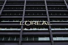 L'Oréal (+4,77% vers 12h25) signe la plus forte hausse du CAC 40 (+1,11%)  à la mi-séance, alors que la croissance organique du groupe de cosmétiques est ressortie au-dessus des attentes au premier trimestre, notamment grâce aux ventes des produits grand public. /Photo d'archives/REUTERS/Benoît Tessier