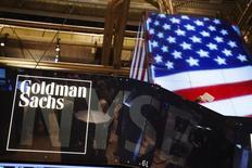 El logo de Goldman Sachs visto en la Bolsa de Nueva York, 11 de septiembre de 2013. Las ganancias de Goldman Sachs Group Inc cayeron por cuarto trimestre consecutivo, ya que la volatilidad del mercado golpeó sus negocios de intermediaciones de bonos y banca de inversión. REUTERS/Lucas Jackson