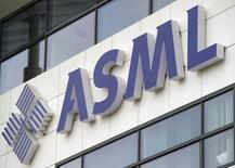 L'équipementier néerlandais des semi-conducteurs, ASML Holding publie des résultats supérieurs aux attentes au titre du premier trimestre et se déclare optimiste pour le trimestre en cours. /Photo d'archives/REUTERS/Robin van Lonkhuijsen/United Photos