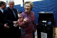 Хиллари Клинтон голосует на президентских праймериз в Нью-Йорке. Республиканец Дональд Трамп и фаворит от демократов Хиллари Клинтон одержали уверенные победы на первичных выборах в Нью-Йорке во вторник, вернув импульс своим кампаниям и приблизившись к успеху на предстоящих партийных конвенциях. REUTERS/Mike Segar