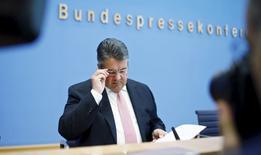 El ministro alemán de Economía Sigmar Gabriel llega a una conferencia de prensa en Berlín, Alemania, el 20 de abril de 2016. El Gobierno alemán confirmó el viernes su previsión de crecimiento del 1,7 por ciento para este año a pesar de una desaceleración en los mercados emergentes, mientras la demanda interna reemplaza a las exportaciones como el principal pilar de la economía más grande de Europa. REUTERS/Hannibal Hanschke