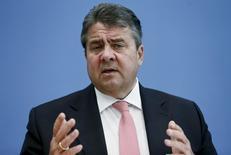 Le ministre allemand de l'Economie, Sigmar Gabriel Le gouvernement allemand a confirmé mercredi sa prévision d'une croissance économique de 1,7% cette année, comme en 2015, le dynamisme de la demande intérieure devant compenser l'affaiblissement des exportations lié au ralentissement des économies émergentes. /Photo prise le 20 avril 2016/REUTERS/Hannibal Hanschke