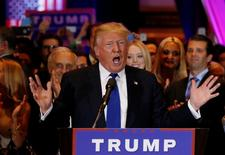 El precandidato republicano a la presidencia de Estados Unidos Donald Trump en un mitin durante las elecciones primarias en Nueva York, abr 19, 2016. Trump dijo que se inclinaría por reemplazar a la presidenta de la Reserva Federal, Janet Yellen, si fuera elegido como presidente en las elecciones de noviembre, pese a que respalda las tasas de interés bajas, dijo a la revista Fortune.     REUTERS/Shannon Stapleton