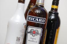 Pernod Ricard a fortement ralenti au troisième trimestre de son exercice décalé, toujours à la peine en Chine, tandis que sa dynamique a été solide sur le continent américain. sON chiffre d'affaires a reculé de 3% à 1,855 milliard d'euros de janvier à mars. /Photo prise le 11 février 2016/REUTERS/Jacky Naegelen