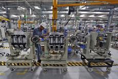 Schneider Electric fait état d'une baisse de 3,7% de son chiffre d'affaires au premier trimestre, imputable notamment à un effet de change qui s'annonce très négatif sur l'ensemble de 2016, mais dit entrevoir de premiers signes d'amélioration dans l'activité en Chine. Le spécialiste des équipements électriques basse et moyenne tension a réalisé sur les trois premiers mois de l'année un chiffre d'affaires de 5,77 milliards d'euros. /Photo d'archives/REUTERS/Amit Dave