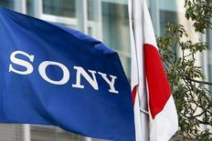 Sony a révisé en baisse de 9,4% jeudi sa prévision de bénéfice opérationnel de l'exercice 2015-2016, clos le 31 mars, évoquant une baisse de la demande des mini-appareils photo et caméras qui équipent les smartphones.. /Photo prise le 3 mars 2016/REUTERS/Thomas Peter