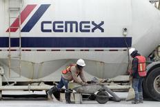 Trabajadores junto a un camión cementero en la planta de Cemex en Monterrey, México, feb  24, 2015. La empresa mexicana Cemex, una de las mayores cementeras del mundo, dijo el jueves que logró una ganancia neta en el primer trimestre, superando las expectativas, gracias a un sólido desempeño en Estados Unidos, su principal mercado, y por un plan de ahorros que mejoraron su rentabilidad.    REUTERS/Daniel Becerril