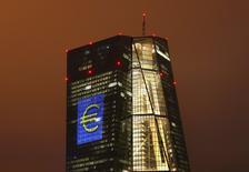 Штаб-квартира ЕЦБ во Франкфурте-на-Майне 12 марта 2016 года. Европейский центробанк в четверг оставил процентные ставки на прежних уровнях, продолжая печатать деньги, чтобы поддержать экономику и ускорить инфляцию.   REUTERS/Kai Pfaffenbach/Files