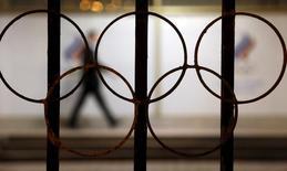 Символ Олимпийских игр в здании Олимпийского комитета России в Москве. 13 ноября 2015 года. Вопрос об участии российских легкоатлетов в Олимпиаде-2016 в Рио-де-Жанейро, вероятно, будет решён 17 июня на совете Международной ассоциации легкоатлетических федераций (IAAF) в Вене, сообщила IAAF в четверг. REUTERS/Sergei Karpukhin
