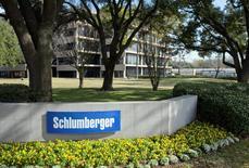 Schlumberger, premier fournisseur mondial de services pétroliers, publie un bénéfice au troisième trimestre réduit de près de moitié, affecté par la baisse des dépenses dans le secteur. /Photo d'archives/REUTERS/Richard Carson
