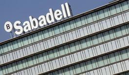 Banco Sabadell experimentó una sensible mejora en sus resultados del primer trimestre gracias a la adquisición del británico TSB, a un descenso del 52 por ciento en las provisiones y a elevadas ventas de activos inmobiliarios. En la imagen de archivo, la sede del banco en Sant Cugat, Barcelona, el 15 de noviembre de 2012. REUTERS/Albert Gea