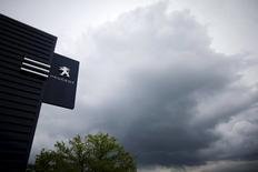 Le secteur automobile est à la peine et à la mi-séance en Bourse de Paris vendredi, PSA perd 2,41% après avoir fait savoir que la Direction générale de la concurrence, de la consommation et de la répression des fraudes perquisitionnait dans ses quatre sites de R&D en France dans le cadre d'enquêtes en cours sur les émissions polluantes dans le secteur automobile. /Photo prise le 21 avril 2016/REUTERS/Stéphane Mahé