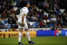 Cristiano Ronaldo após sofrer dores em campo.    22/04/2016       REUTERS/Juan Medina
