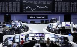 Las bolsas europeas cerraron el viernes con pérdidas después de que la automovilística alemana Daimler registrase resultados decepcionantes y dijese que investigará sus procesos de certificación de emisiones de gases. En la imagen, operadores en sus mesas delante del índice de precios alemán DAX en la bolsa de Fráncfort, Alemania, el 22 de abril de 2016.     REUTERS/Staff/Remote