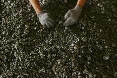 Le groupe minier et métallurgique Eramet annonce un chiffre d'affaires en recul de 14% au premier trimestre à 666 millions d'euros, en raison d'un plongeon de 39% des recettes de son pôle de nickel. /Photo d'archives/REUTERS/Yusuf Ahmad