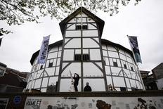 Un grupo de trabajadores a las afueras del teatro El Globo en Londres, abr 22, 2016. Algunos de los personajes más conocidos de William Shakespeare -Romeo y Julieta, Hamlet y el rey Lear- actuarán a lo largo de un trecho del río Támesis este fin de semana, como parte de las celebraciones por el aniversario 400 de la muerte del aclamado dramaturgo inglés.  REUTERS/Dylan Martinez
