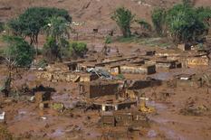 Distrito de Bento Rodrigues é inundado pela lama após barragem da Samarco romper em Mariana (MG)  6/11/2015 REUTERS/Ricardo Moraes