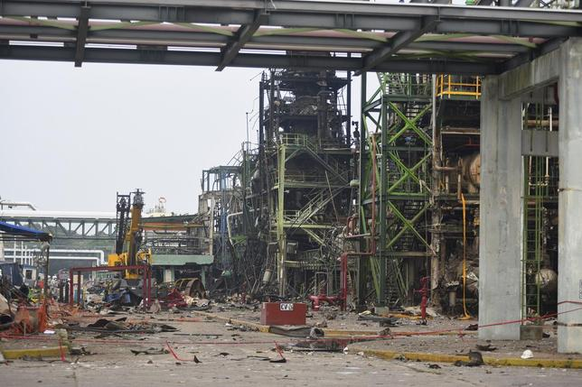 A view of an area damaged by an explosion at Mexican national oil company Pemex's Pajaritos petrochemical complex in Coatzacoalcos, Veracruz state, Mexico, April 21, 2016. REUTERS/Angel Hernandez