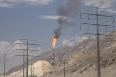 El ministro de Petróleo de Irán dijo el sábado que la reunión de Doha de la semana pasada para congelar la producción de petróleo, pese a fracasar, fue un paso positivo e Irán apoyaría cualquier plan para estabilizar el mercado. En la imagen de archivo, una planta petrolífera situada en  el puerto marítimo de Asalouyeh Seaport, al norte del Golfo Pérsico, Irán, el pasado 19 de noviembre de 2015. REUTERS/Raheb Homavandi