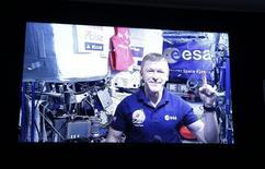 L'astronaute britannique Tim Peake est devenu dimanche le premier homme à achever un marathon dans l'espace, parcourant la distance habituelle de 42,2 kilomètres attaché à un tapis de course à bord de la Station spatiale internationale (ISS). Le Britannique de 44 ans a couvert la distance en 3 heures, 35 minutes et 21 secondes, contre 2:03:05 pour le vainqueur sur Terre, le Kényan Eliud Kipchoge. /Photo d'archives/REUTERS/Action Images/Peter Cziborra